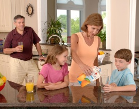 Family_drinking_juice